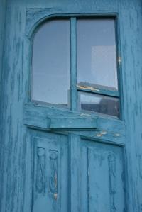 Blaue Haustür mit abgerundetem Fenster eines leerstehenden Hauses Hafen Elmshorn Ellas Schreibwelt