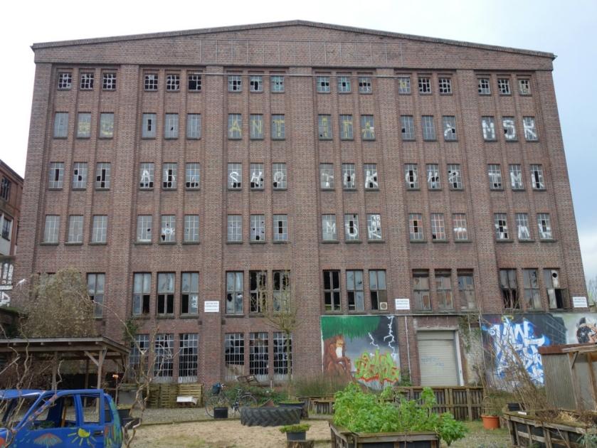 Aussenansicht der Fabrikruine Knechtsche Hallen mit Stadtgarten Elmshorn Berliner Straße Ellas Schreibwelt