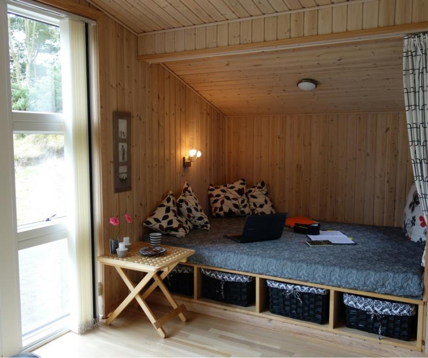 Eine bequeme Nische in einem dänischen Ferienhaus lädt zum Lesen und Schreiben ein. Ellas Schreibwelt