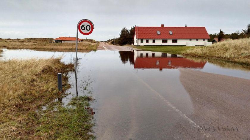 Überflutete Straße in Dänemark versperrt den Rückweg zum Ferienhaus